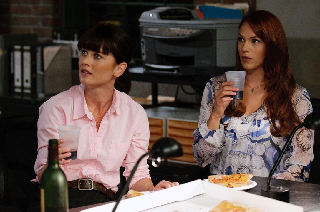 Versuchen einen komplizierten Mordfall zu lösen: Grace (Amanda Righetti, l.) und Teresa (Robin Tunney, r.) ... - Bildquelle: Warner Bros. Television