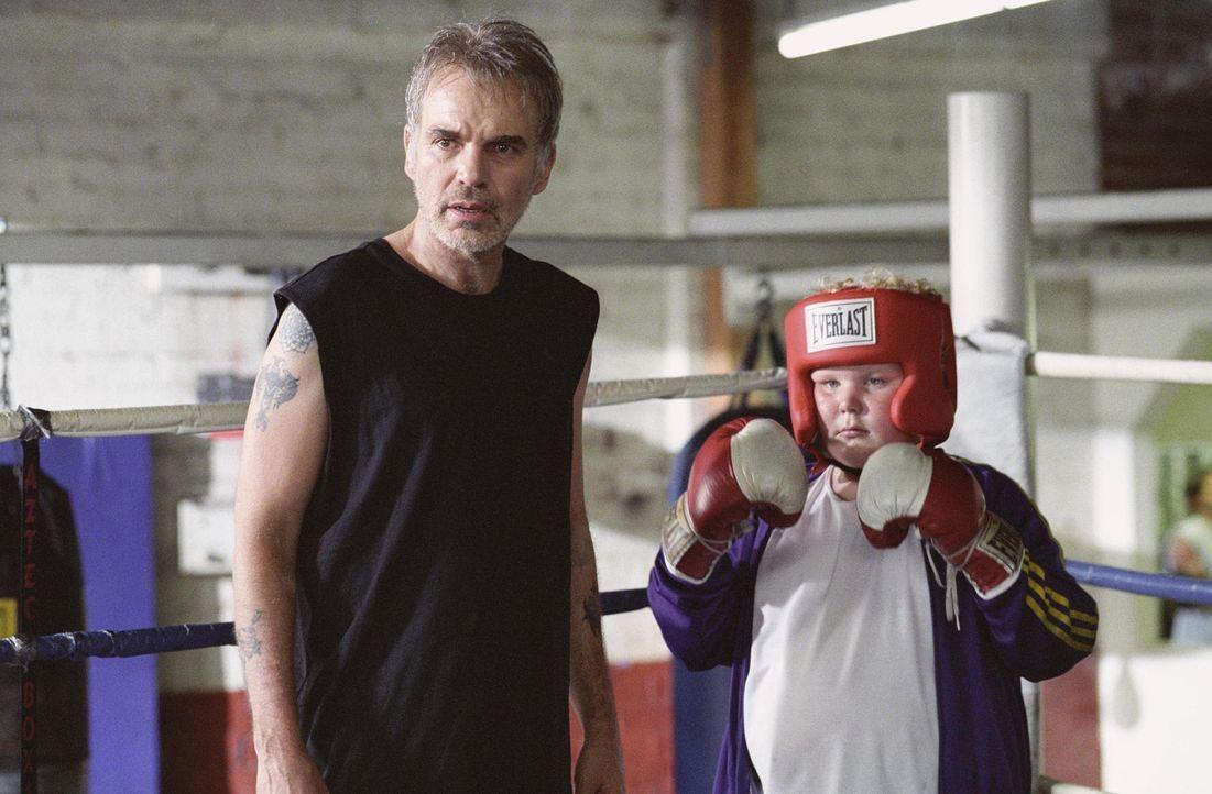 Bei seiner jährlichen Arbeit als Kaufhaus-Weihnachtsmann lernt der heruntergekommene Willie T. Stokes (Billy Bob Thornton, l.) einen kleinen Jungen... - Bildquelle: 2006 Sony Pictures Television International.