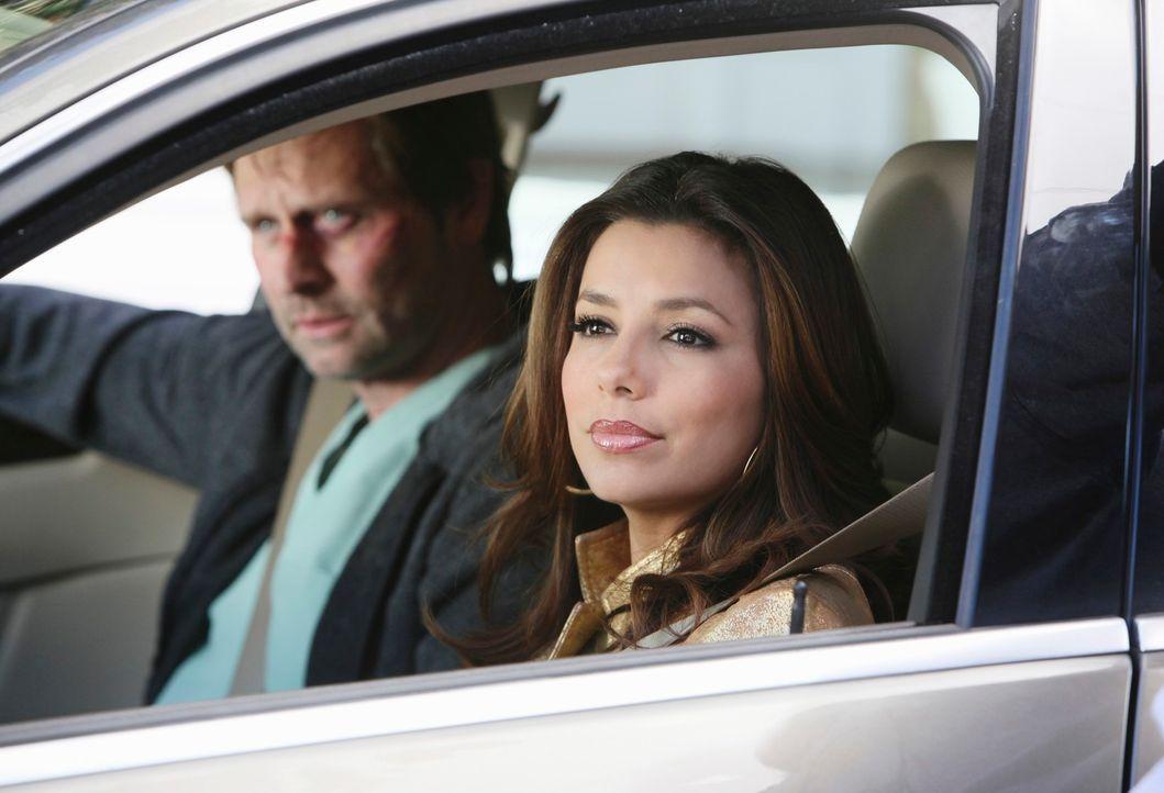 Um Angie zu helfen, holt Gabrielle (Eva Longoria, r.) Nick (Jeffrey Nordling, l.) aus dem Krankenhaus. Doch wird es ihnen rechtzeitig gelingen? - Bildquelle: ABC Studios