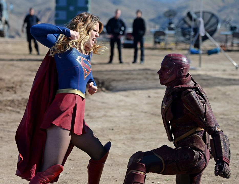 Beim Übungskampf gegen den Militär-Cybord Red Tornado (Iddo Goldberg, r.) kann Kara (Melissa Benoist, l.) ihre angestaute Wut nicht kontrollieren un... - Bildquelle: 2015 Warner Bros. Entertainment, Inc.