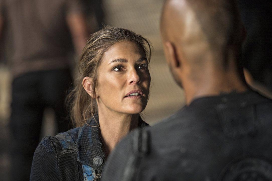 Wie wird Abby (Paige Turco) mit der wachsenden Wut im Camp auf die Grounder und der Wahl des Volkes umgehen? - Bildquelle: 2014 Warner Brothers