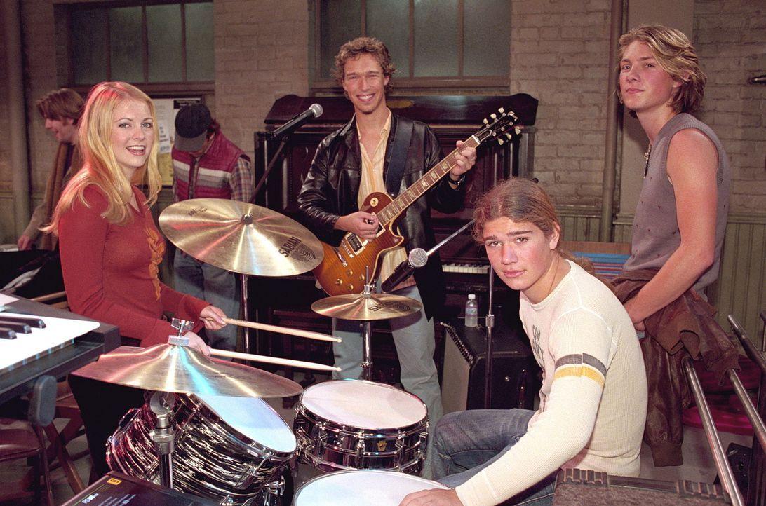Isaac Hanson und seine Band treten in der Suppenküche auf. Da es Roxies Ex-Freund ist, lernt Sabrina (Melissa Joan Hart, l.) die Band höchstpersö... - Bildquelle: Paramount Pictures
