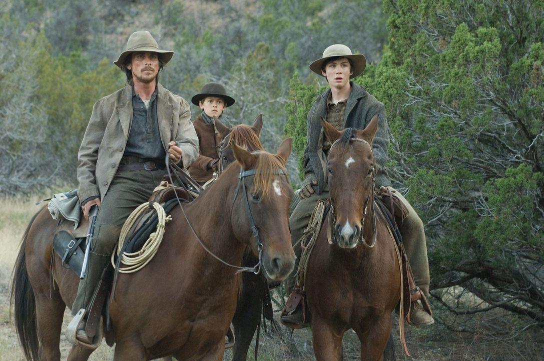 Der ehemalige Scharfschütze Dan Evans (Christian Bale, l.) wohnt mit seiner Frau Alice und seinen zwei Söhnen Mark (Benjamin Petry, M.) und William... - Bildquelle: 2007 Yuma, Inc. All Rights Reserved.