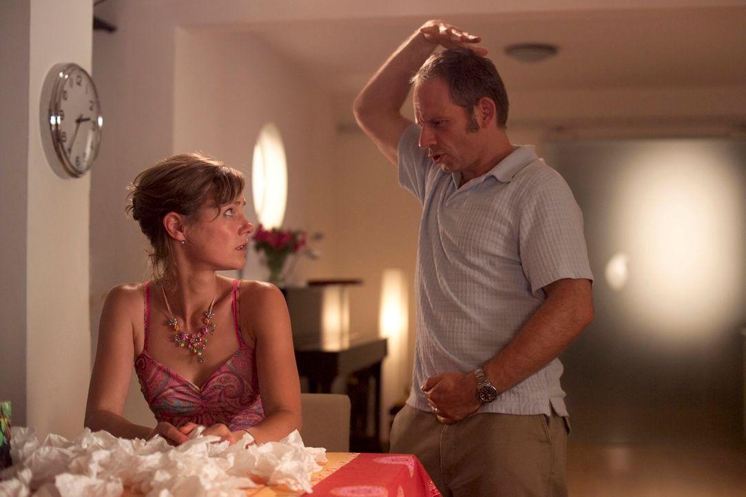 """Um Frieder (Michael Lott, r.) klar zu machen, dass er noch immer vital und jung ist, schlägt Valerie (Rhea Harder) die """"Heilbehandlung"""" vor: """"Gemein... - Bildquelle: Hans Seidenabel ProSieben"""
