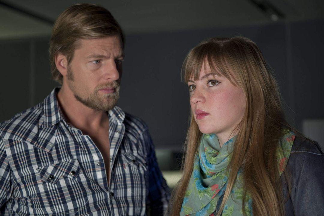 Mick (Henning Baum, l.) kann und will nicht hinnehmen, dass sich Isabelle (Luise Risch, r.) von Andreas getrennt hat. Er schmiedet einen Plan, um di... - Bildquelle: Martin Rottenkolber SAT.1