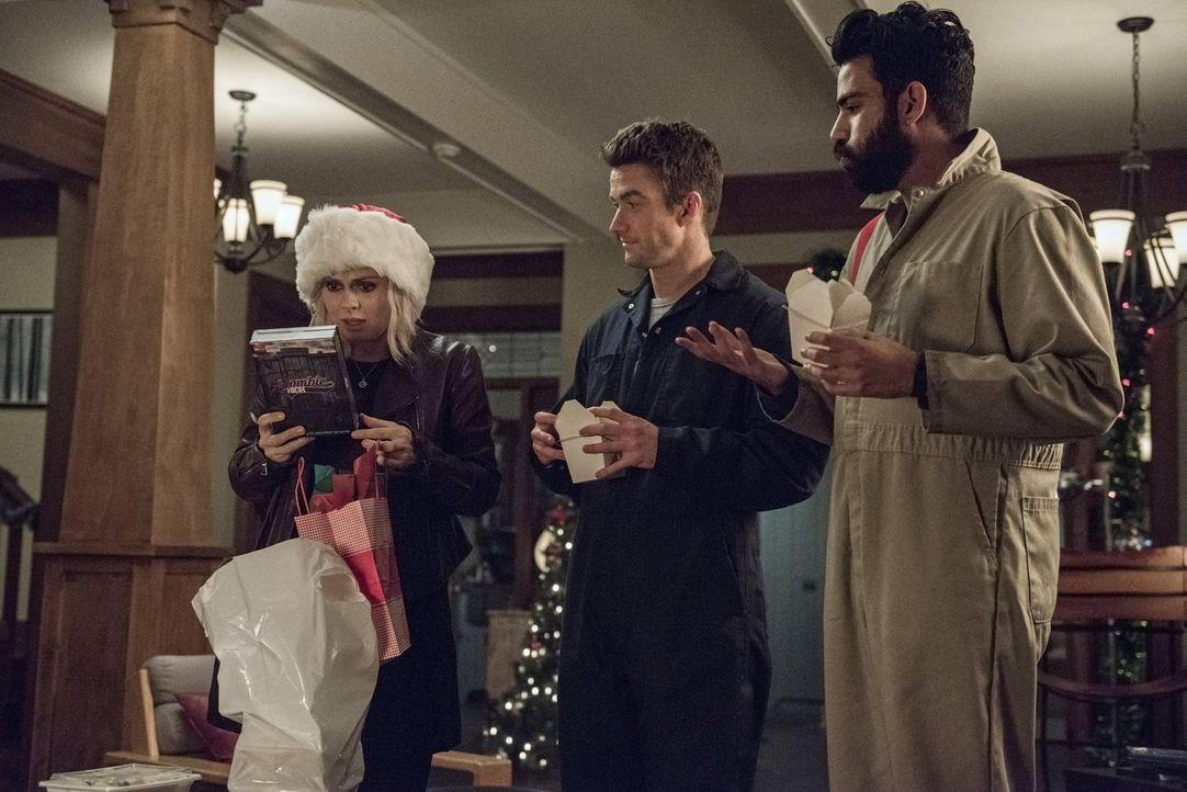 Weihnachten steht bevor und während sich Liv (Rose McIver, l.) über eine neue Staffel ihrer Lieblingsserie freut, suchen Major (Robert Buckley, M.)... - Bildquelle: 2014 Warner Brothers