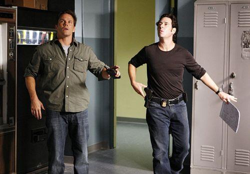 Numb3rs - Der Drogenboss Salazar macht Colby Granger (Dylan Bruno, l.) und Do...