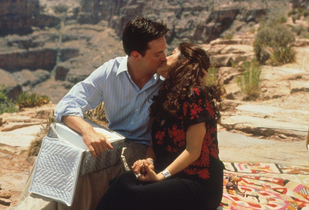 Hals über Kopf verlieben sich Alex (Matthew Perry, l.) und Isabel (Salma Hayek, r.) ineinander ... - Bildquelle: Columbia Tri-Star