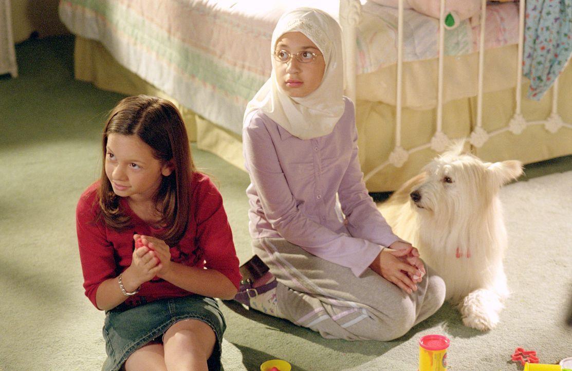 Ruthie (Mackenzie Rosman, l.) soll zusammen mit ihrer neuen Freundin Yasmine (Ashley Soloman, r.) auf die Zwillinge aufpassen, doch es kommt anders... - Bildquelle: The WB Television Network