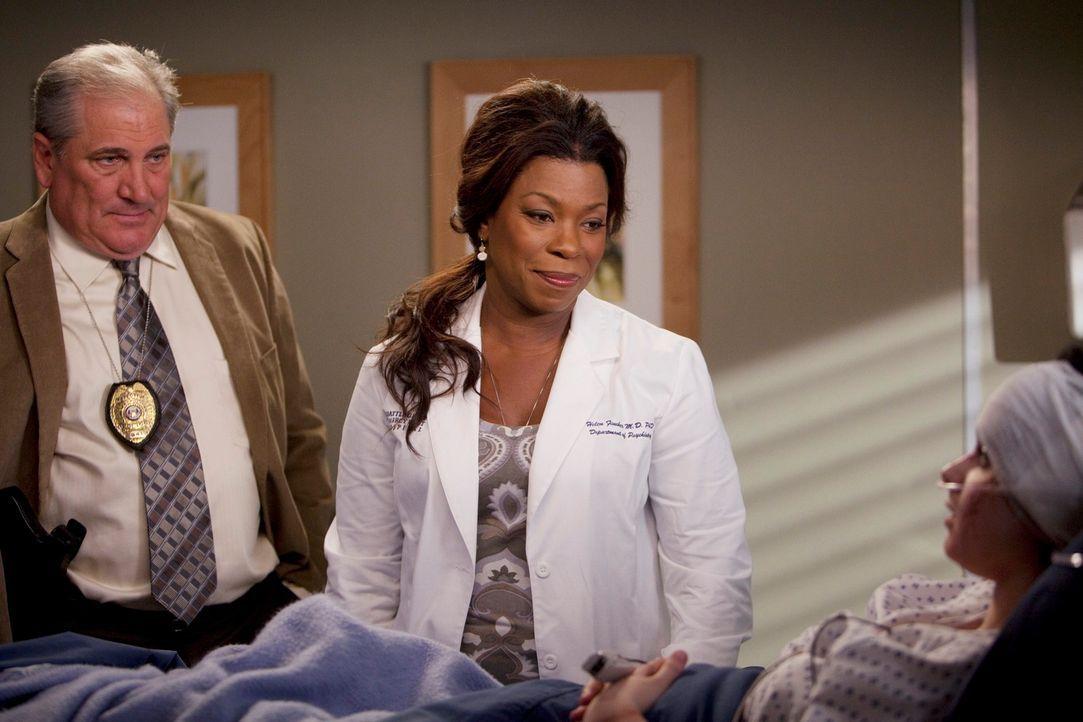 Versuchen, von Holly (Vanessa Marano, r.) herauszufinden, was geschehen ist: Dr. Fincher (Lorraine Toussaint, M.) und ein Detective (Sam Ayers, l.)... - Bildquelle: Touchstone Television