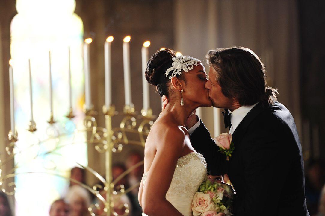 Rosie (Dania Ramirez, l.) und Spence (Grant Show, r.) haben endlich ihr Liebesglück gefunden. Wird Valentinas und Remis Beziehung erneut an einem Hi... - Bildquelle: 2014 ABC Studios