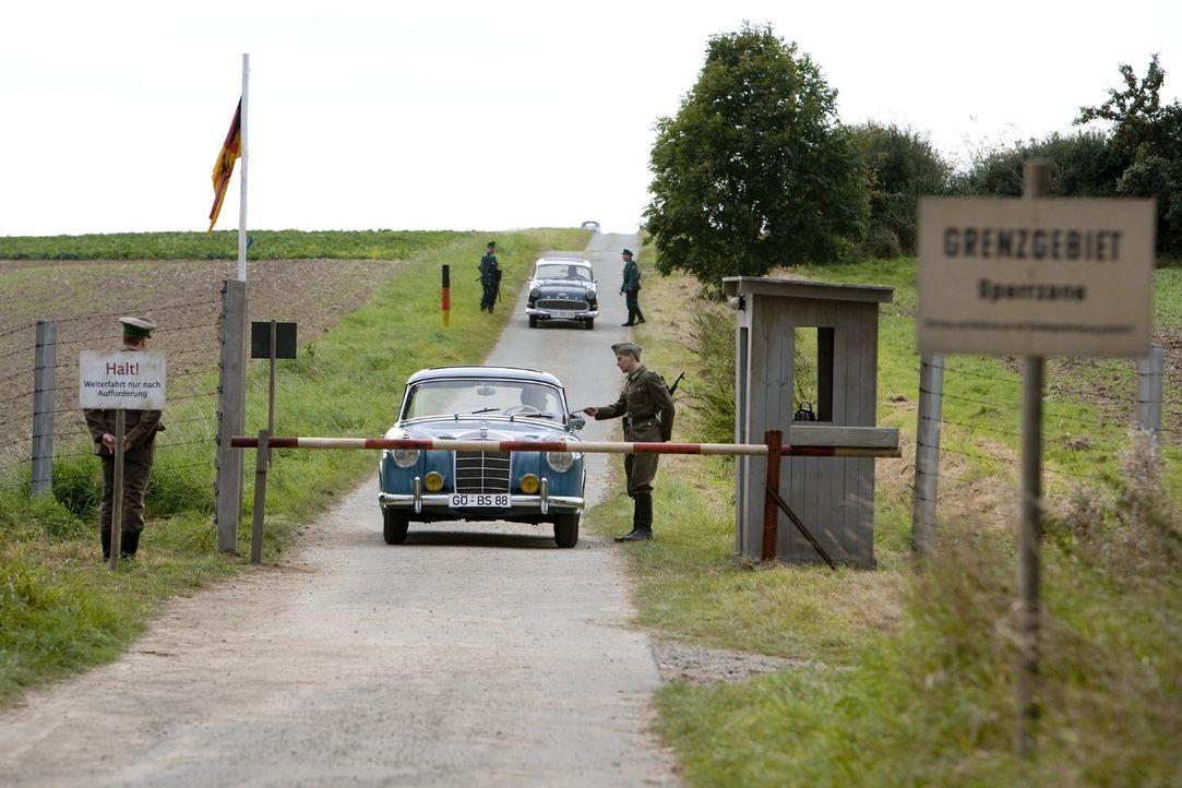 Regelmäßig bringt Tonias guter Freund Harald, der auf der anderen Seite der Grenze lebt, Westwaren in die Zone. Als sich die Dorfbewohner von Böseck... - Bildquelle: Sat.1