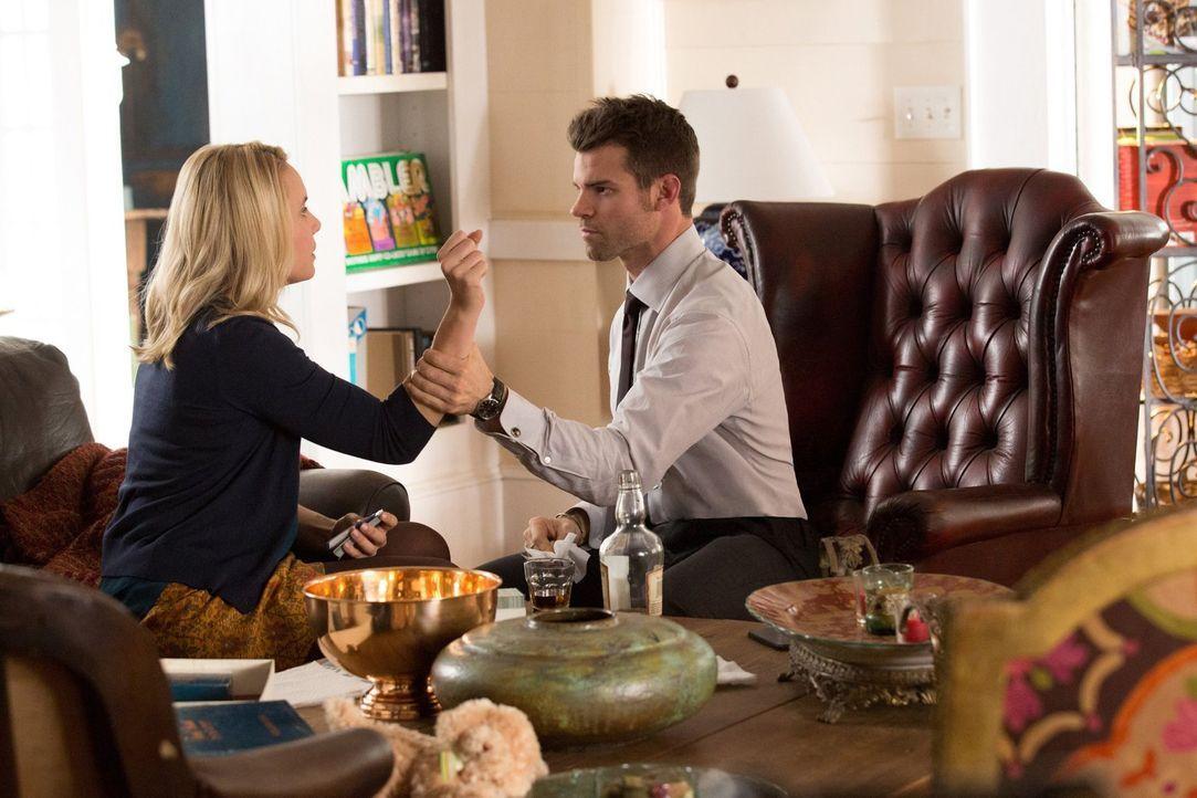 Cami (Leah Pipes, l.) und Elijah (Daniel Gillies, r.) vertreiben sich im Safe House die Zeit, während sie auf die Rückkehr von Rebecca warten und El... - Bildquelle: Warner Bros. Television