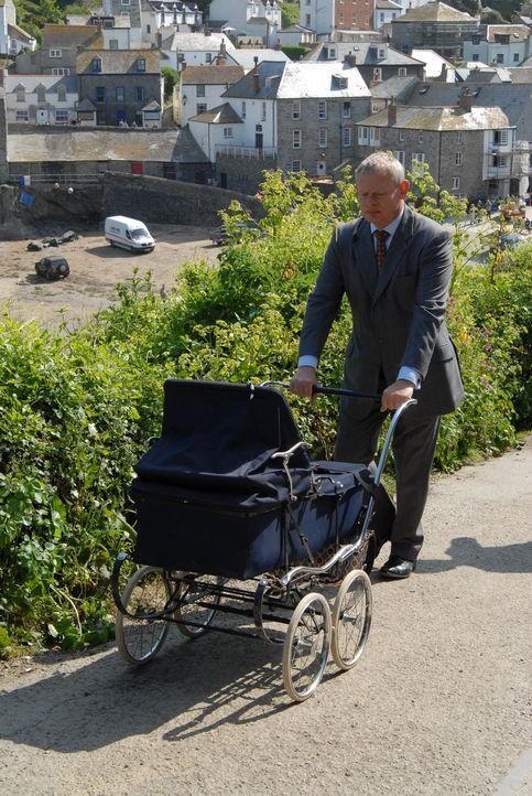 Seinen Alltag bestimmt ein Baby - bis Doc Martin (Martin Clunes) von den fatalen Fehldiagnosen seiner Nachfolgerin erfährt ... - Bildquelle: BUFFALO PICTURES/ITV