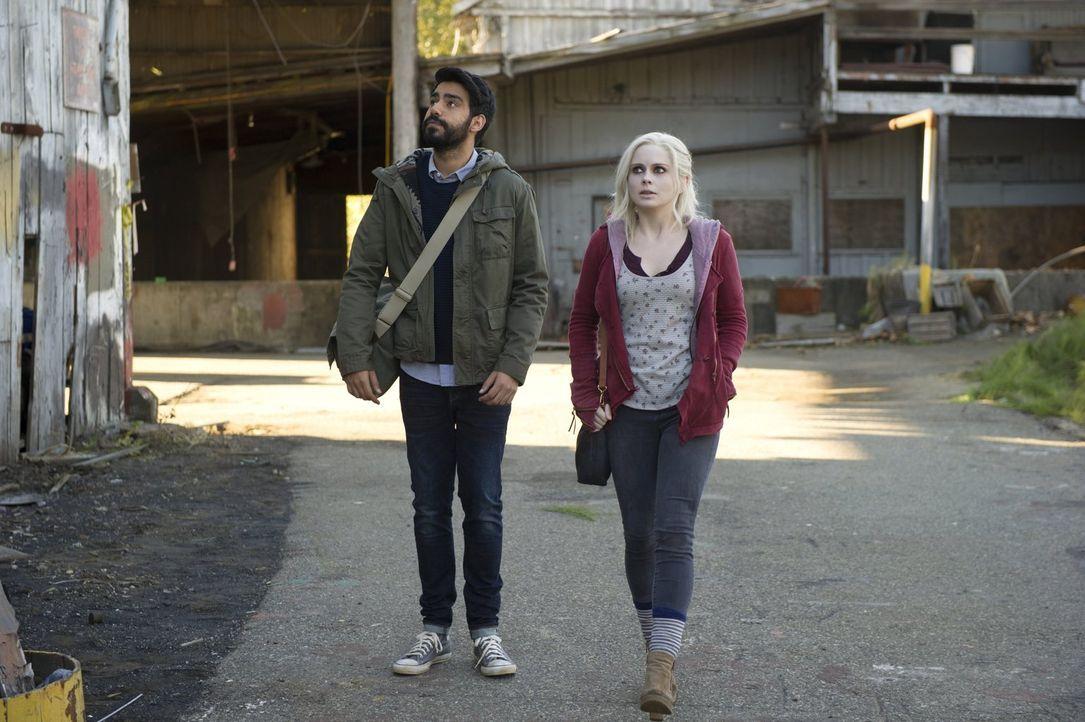 Noch ahnen Ravi (Rahul Kohli, l.) und Liv (Rose McIver, r.) nicht, was sie auf einem verlassenen Fabrikgelände finden werden ... - Bildquelle: Warner Brothers