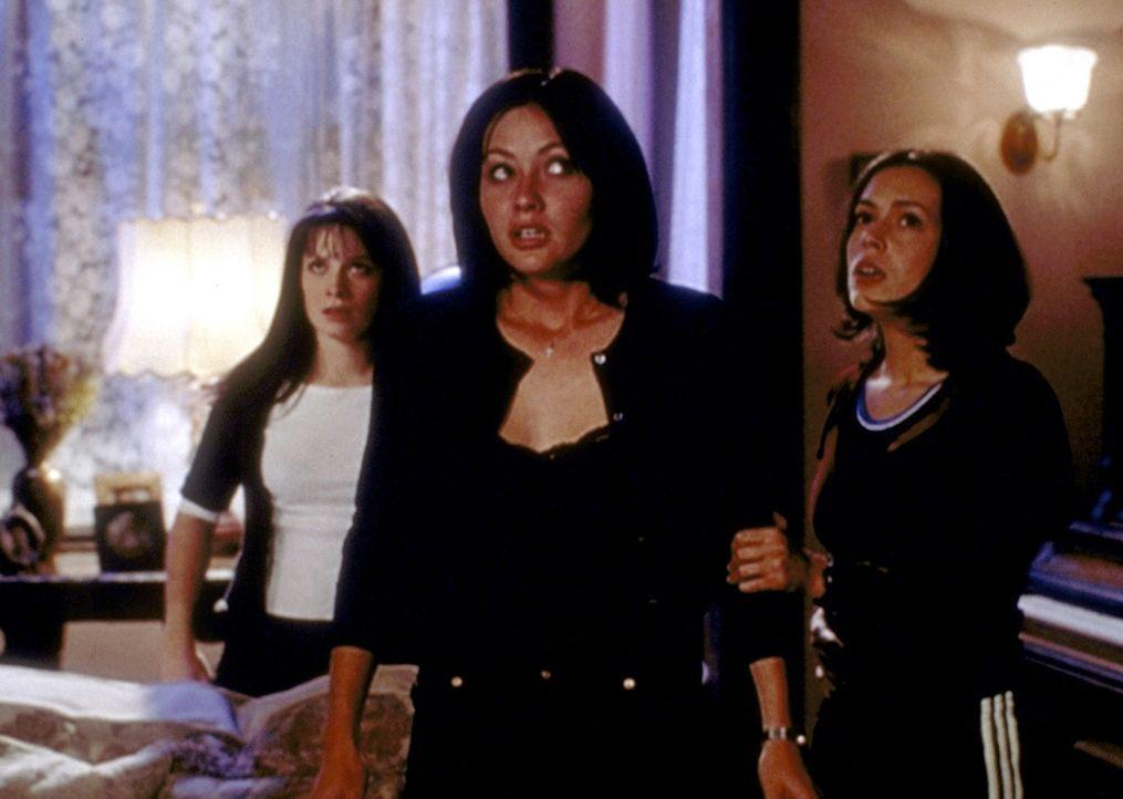 Piper (Holly Marie Combs, l.), Prue (Shannen Doherty, M.) und Phoebe (Alyssa Milano, r.) müssen ihre Kräfte sammeln, um Gabriel zu bezwingen ... - Bildquelle: Paramount Pictures