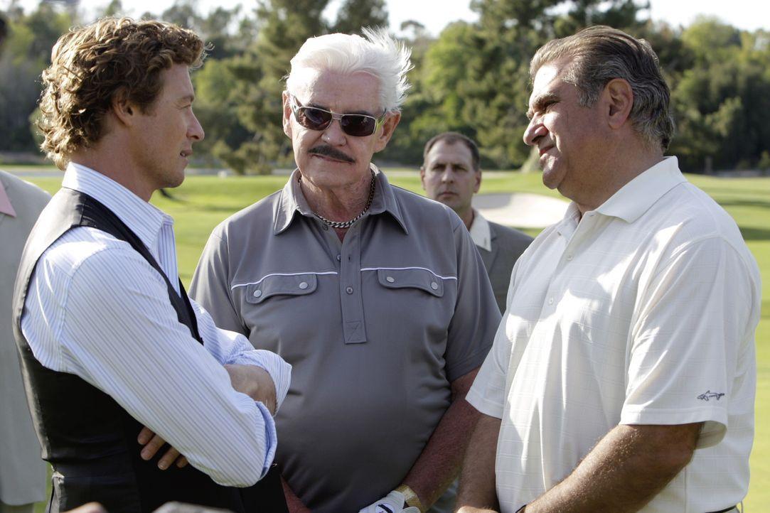 Patrick (Simon Baker, l.) versucht auf dem Golfplatz den Mafiabosses Sonny Battaglia (Dan Lauria, r.) genauer auf die Finger zu schauen, um Hinweise... - Bildquelle: Warner Bros. Television