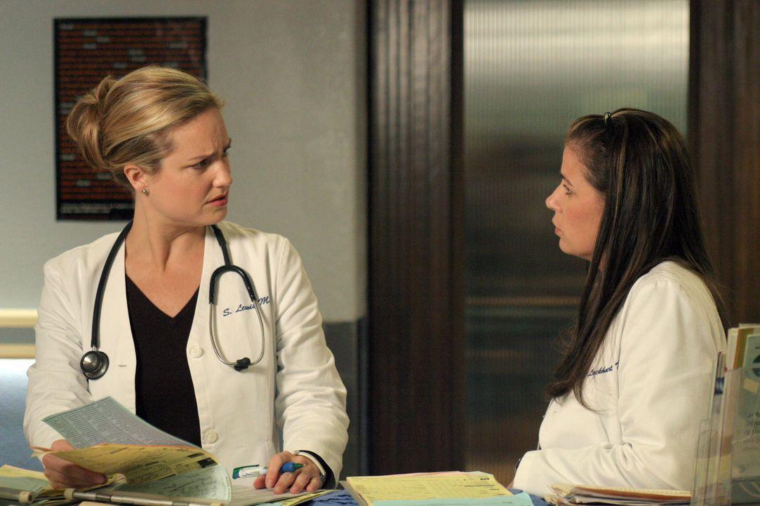 Nicht ahnend, dass Abby (Maura Tierney, r.) und Jake Gefühle füreinander hegen, teilt Susan (Sherry Stringfield, l.) Abby offiziell als Jakes Mentor... - Bildquelle: WARNER BROS