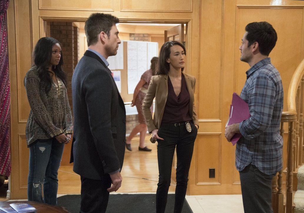 Eine junge Frau wird von einem Mob Menschen bedrängt. Beth (Maggie Q, 2.v.r.) und Jack (Dylan McDermott, 2.v.l.) finden heraus, dass es sich um eine... - Bildquelle: Warner Bros. Entertainment, Inc.