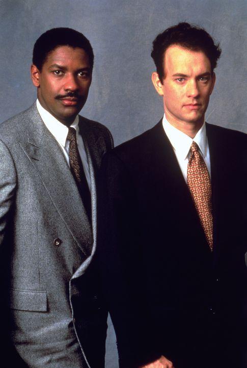 Zunächst will kein Anwalt für den homosexuellen Andrew Beckett (Tom Hanks, r.) einen Prozess gegen so renommierte Kollegen führen - bis schließlich... - Bildquelle: Columbia Pictures