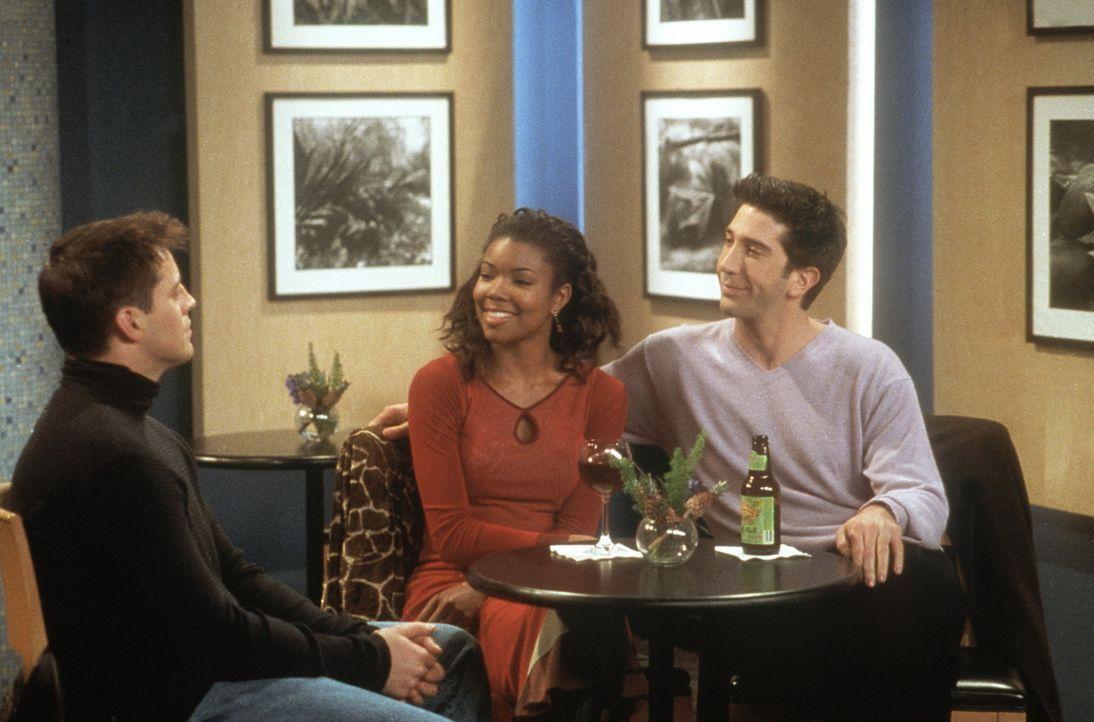 Joey (Matt LeBlanc, l.) und Ross (David Schwimmer, r.) interessieren sich beide für Kristen (Gabrielle Union, M.) und legen sich deshalb mächtig i... - Bildquelle: TM+  2000 WARNER BROS.