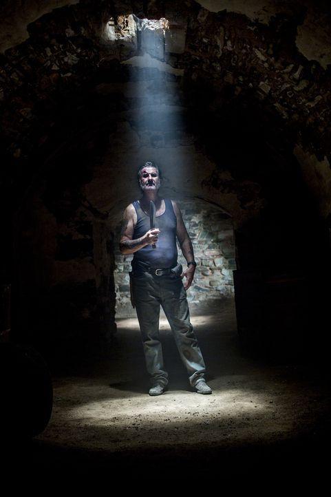 Lädt zu einer äußerst blutigen Party in seinem Kerker ein: Serienkiller Mick Taylor (John Jarratt) ... - Bildquelle: Mark Rogers 2013