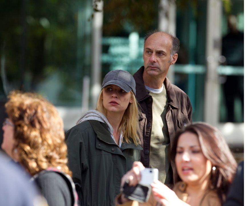 Verzweifelt versuchen Virgil (David Marciano, hinten r.) und Carrie (Claire Danes, M.), die CIA von einer großen Befürchtung zu überzeugen ... - Bildquelle: 20th Century Fox International Television
