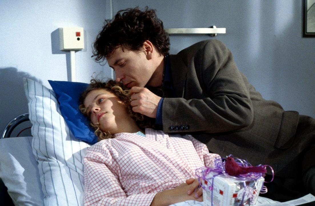 Adrian (Falk Walter, r.), der Freund ihrer Mutter, besucht Anne (Maria Thieme, l.) im Krankenhaus. Es besteht Verdacht auf ein Magengeschwür - eine... - Bildquelle: Werner Dähn Sat.1
