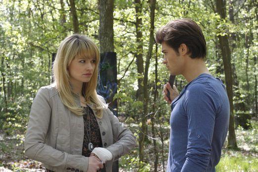 Jessica (Isabell Ege, l.) ist erleichtert, als sie Moritz (Eugen Bauder, r.)...