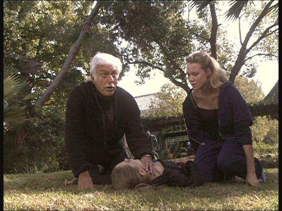 Mark (Dick Van Dyke, l.) wird zu Dreharbeiten gerufen, weil die bekannte Darstellerin Thalia (Jennifer Gareis, r.) zusammengebrochen ist. - Bildquelle: Viacom