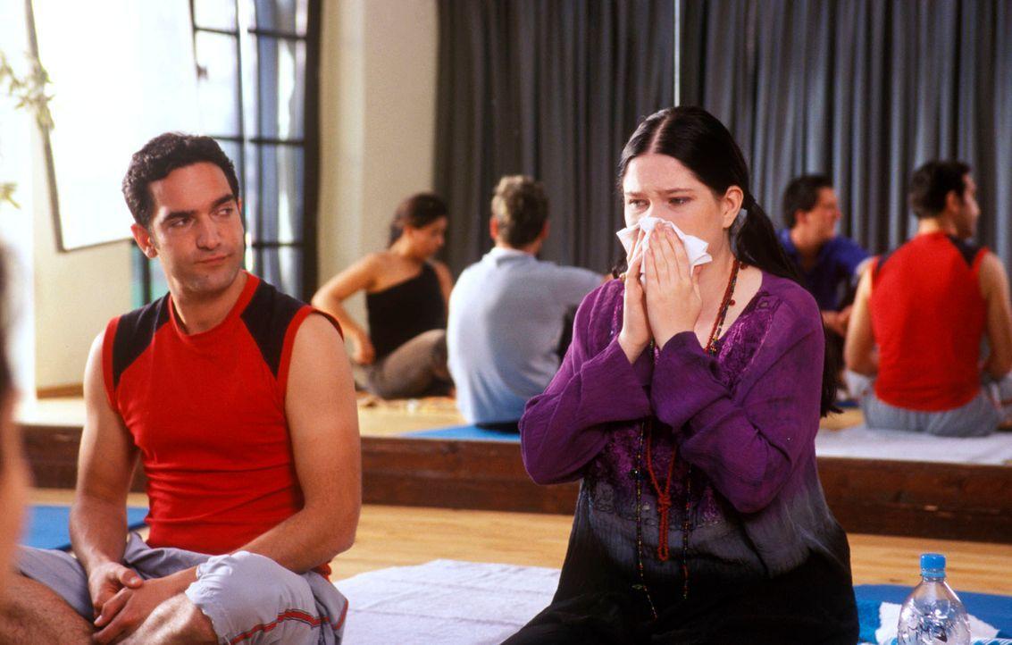 Yoga erfordert von allen Beteiligten ausgesprochene Konzentration! Diese erkältete Lehrerin ist da ja wohl eine Zumutung! (Thomas M. Held, l. und Em... - Bildquelle: Guido Engels Sat.1