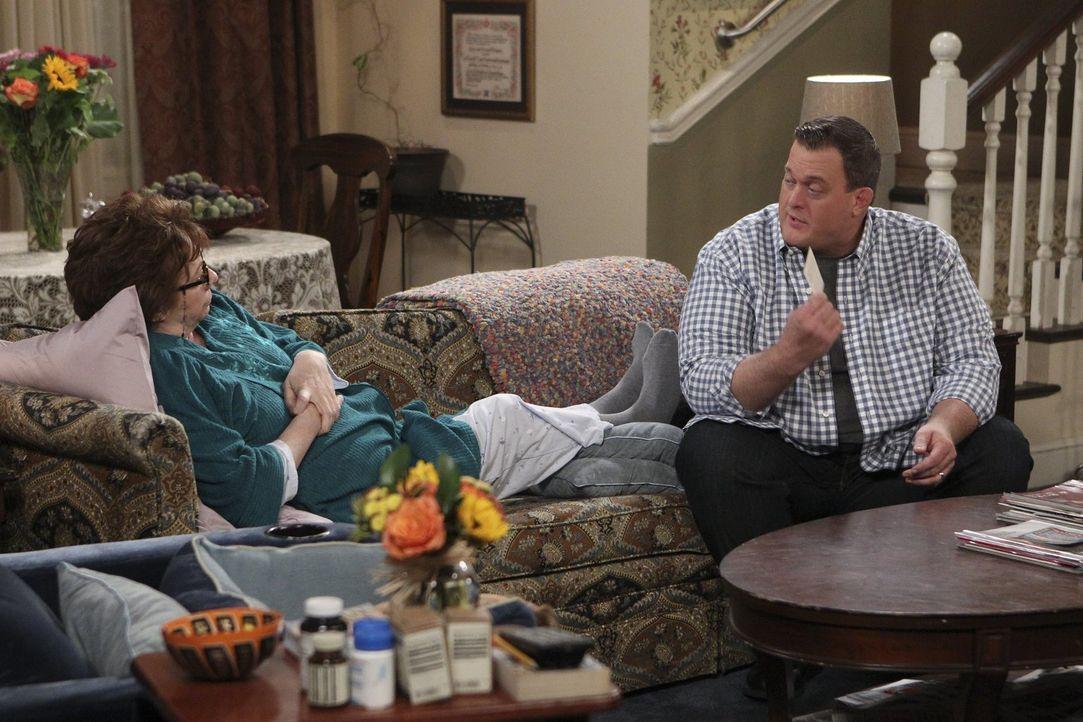 Nach einem Herzanfall von Peggy (Rondi Reed, l.) wird Mike (Billy Gardell, r.) bewusst, dass er seiner Mutter viel zu selten sagt, wie wichtig sie i... - Bildquelle: Warner Brothers