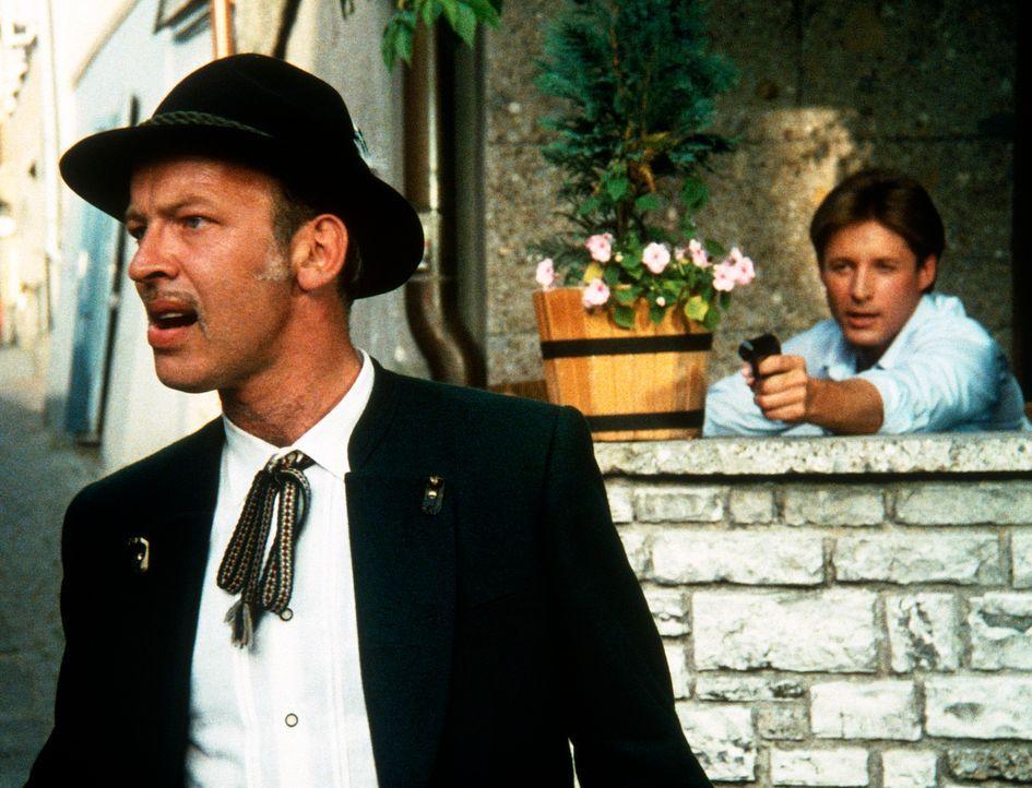 Noch ahnt Lee (Bruce Boxleitner, r.) nicht, wer hinter Metzger (David Shawyer, l.), seinem geheimnisvollen Verfolger, steckt. - Bildquelle: CBS Television