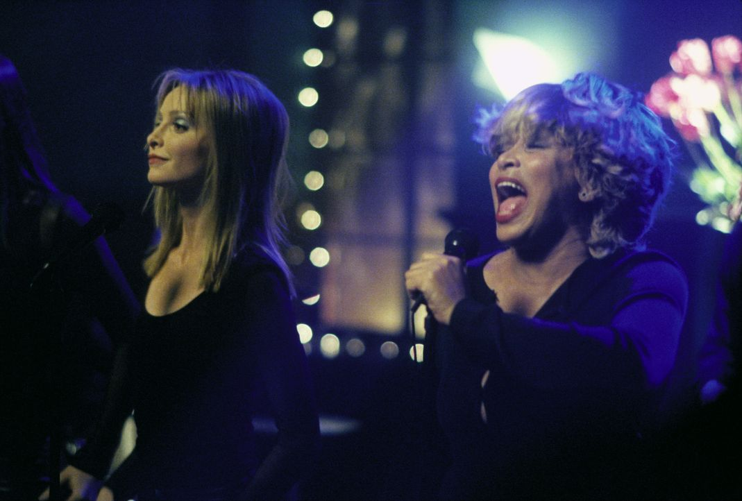 Mit ihrem besonderen Hüftschwung hinterlässt Ally (Calista Flockhart, l.) sogar bei Tina Turner (Tina Turner, r.) einen bleibenden Eindruck ... - Bildquelle: 2000 Twentieth Century Fox Film Corporation. All rights reserved.