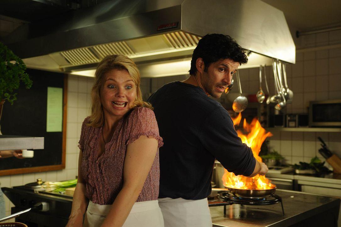 """Noch ahnen Ralf Dienert (Pasquale Aleardi, r.) und seine neue Kellnerin Valerie (Annette Frier, l.) nicht, dass sich im  """"Gasthaus zur Mühlenschän... - Bildquelle: SAT.1"""