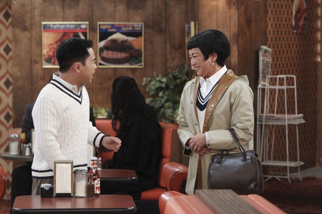 Ein spontaner Besuch von Lees (Matthew Moy, l.) Mutter Su-Min (Karen Maruyama, r.) bringt ein Problem nach dem anderen ... - Bildquelle: Warner Bros. Television