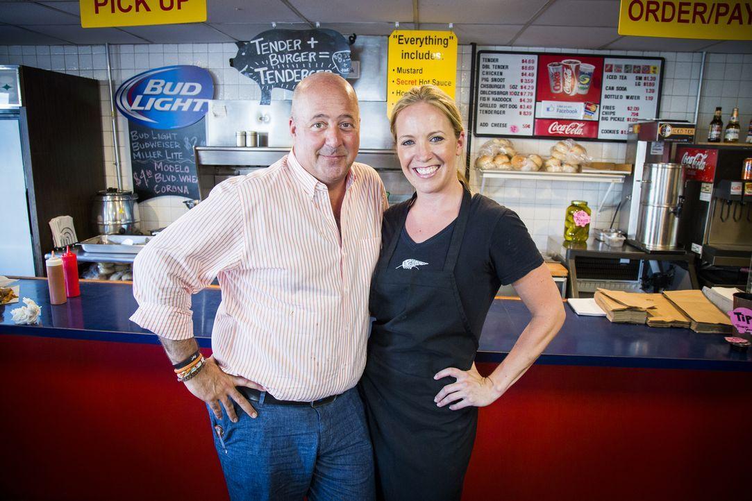 """Der US-amerikanische Koch und Autor Andrew Zimmern (l.) erkundet für """"Skurrile Kost"""" auf seinen kulinarischen Reisen die ganze Welt. - Bildquelle: 2015, The Travel Channel, L.L.C. All Rights Reserved."""