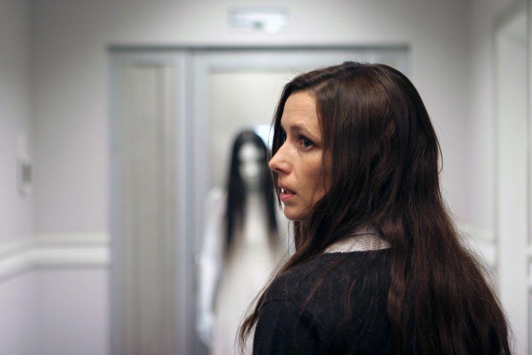 Erst viel zu spät erkennt die Ärztin Dr. Ann Sullivan (Shawnee Smith), dass ihr Patient bei der Beschreibung der Mörderin seiner Familie nicht übert... - Bildquelle: Constantin Film Verleih