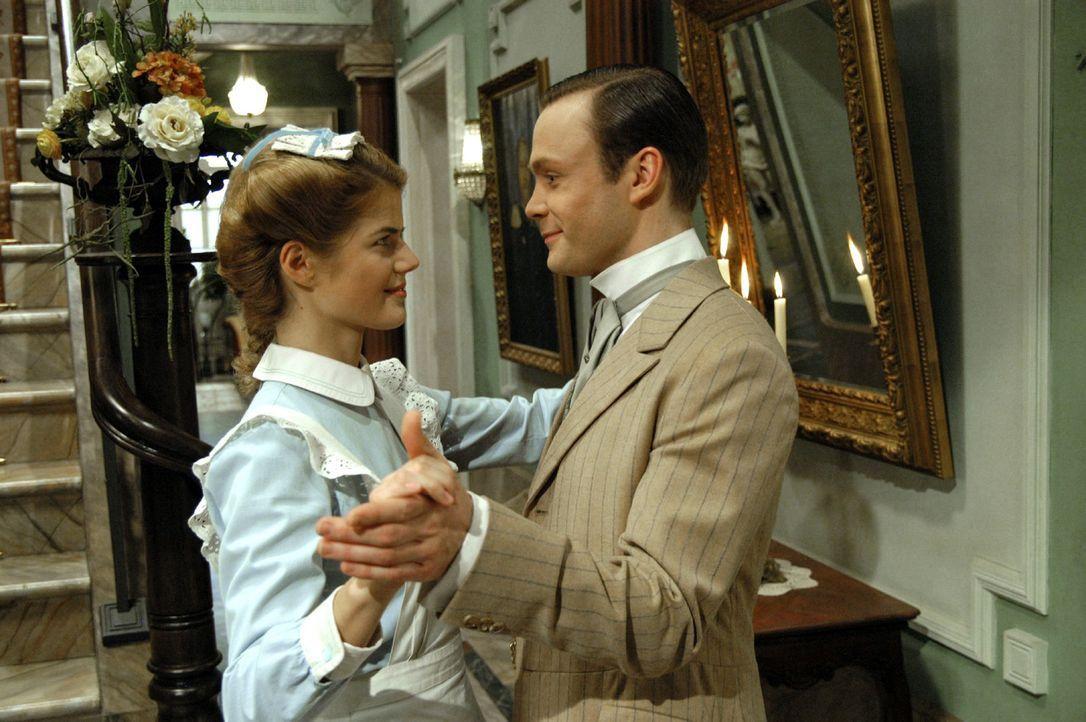 Bevor Julius (Matthias Ziesing, r.) zu der Hochzeit seines Onkels aufbricht, wagt er mit Anna (Annekathrin Bach, l.) ein Tänzchen ... - Bildquelle: Aki Pfeiffer Sat.1