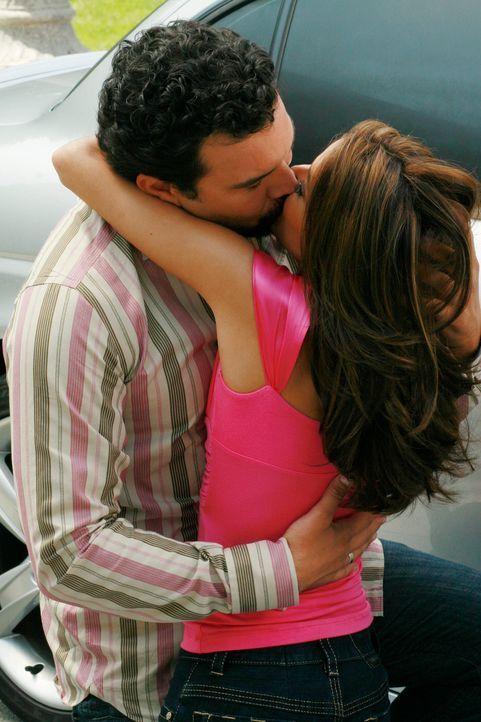 Gaby (Eva Longoria, r.) und Carlos (Ricardo Antonio Chavira, l.) entdecken ihre Gefühle füreinander wieder ... - Bildquelle: ABC Studios