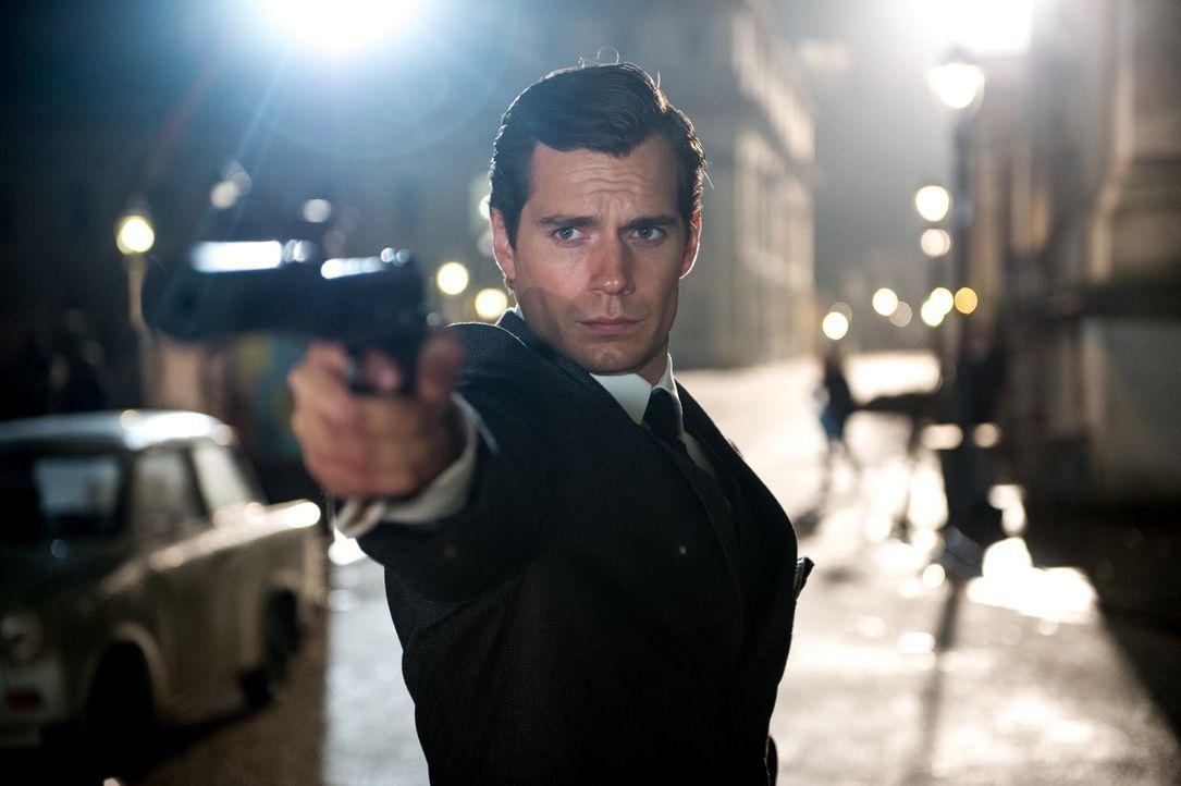 Als ein Waffen-Wissenschaftler verschwindet, wird der CIA-Agent Napoleon Solo (Henry Cavill) nach Ost-Berlin entsandt, um dort zusammen mit dessen T... - Bildquelle: Warner Bros.