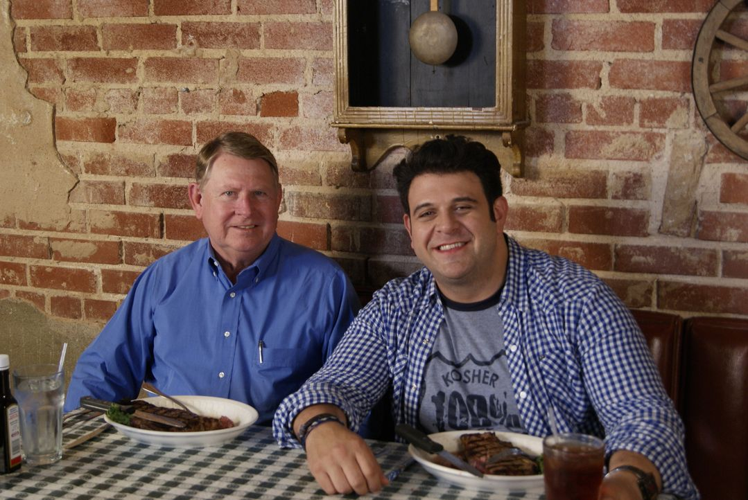 Auf der Suche nach den imposantesten Steaks in ganz Amerika landet Adam Richman (r.) in Oklahoma City, wo er im Cattlemen's Café von Dick Stubbs (l.... - Bildquelle: 2010, The Travel Channel, L.L.C.
