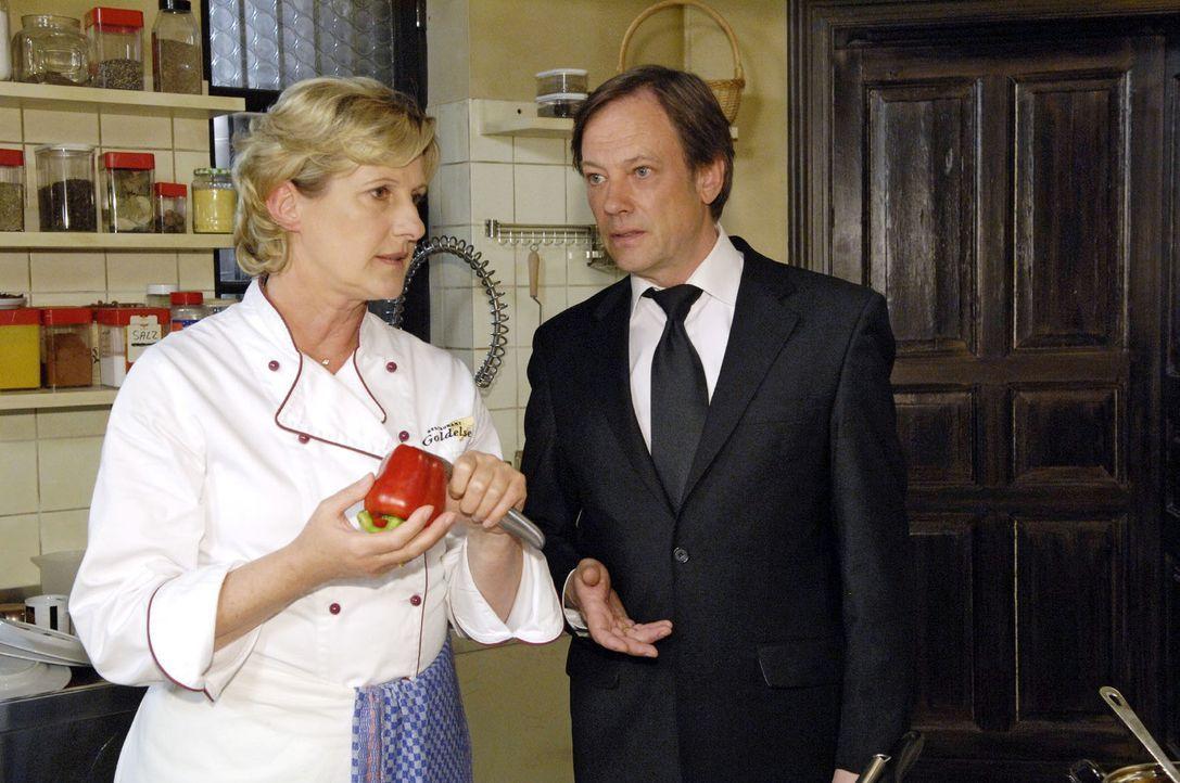 Susanne (Heike Jonca, l.) Armin (Rainer Will, r.) einen entscheidenden Hinweis ... - Bildquelle: Claudius Pflug Sat.1