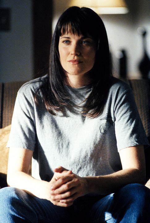 Shannon McMahon (Lucy Lawless, l.) behauptet, durch genetische Manipulationen zur unverwundbaren Supersoldatin geworden zu sein ... - Bildquelle: TM +   Twentieth Century Fox Film Corporation. All Rights Reserved.