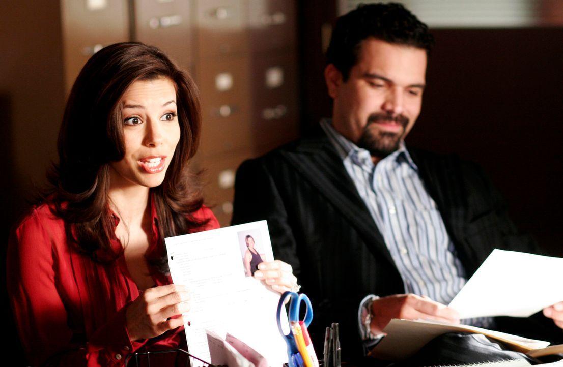 Gabrielle (Eva Longoria, l.) und Carlos (Ricardo Antonio Chavira, r.) sind äußerst wählerisch bei der Suche nach der Mutter für ihr Adoptivkind, das... - Bildquelle: 2005 Touchstone Television  All Rights Reserved