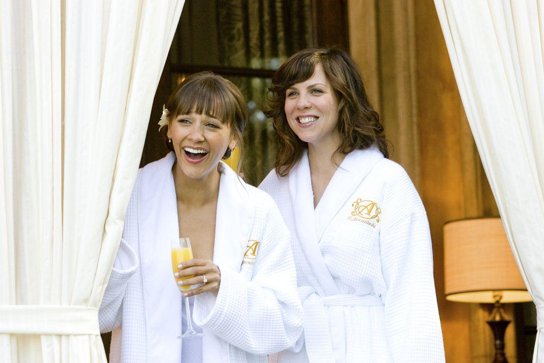 Fiebern einer Hochzeit entgegen, bei der nur noch ein passender Trauzeuge fehlt: Zooey (Rashida Jones, l.) und Hailey (Sarah Burns, r.) ... - Bildquelle: (2009) DW STUDIOS L.L.C. ALL RIGHTS RESERVED