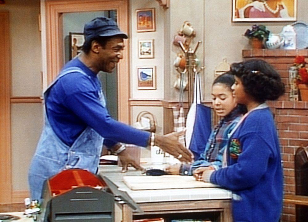 Cliff (Bill Cosby, l.) ahnt noch nicht, dass Vanessa (Tempsett Bledsoe, r.) beim Wissenschaftswettbewerb schlecht abgeschnitten hat. Sogar ihre Freu... - Bildquelle: Viacom