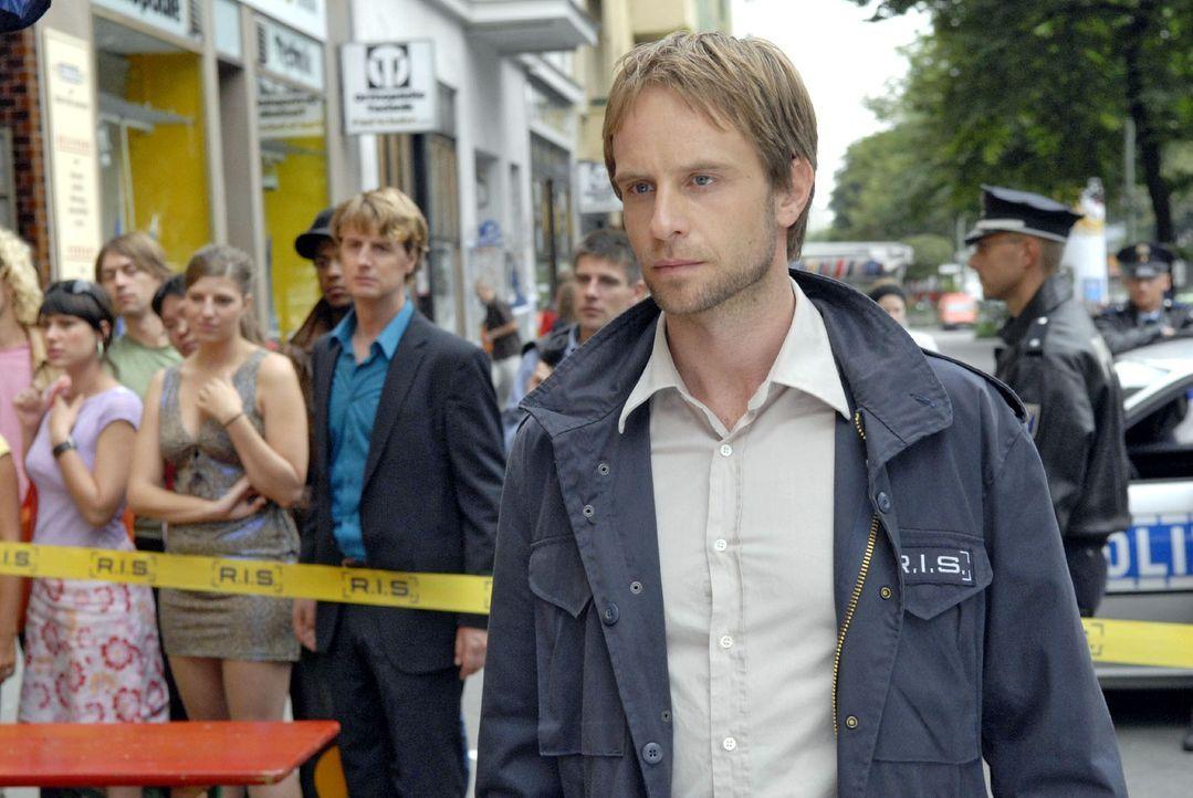 Die Leiche eines Zuhälters stürzt aus einem Fenster. Philip (Julian Weigend) trifft am Tatort ein. - Bildquelle: Christoph Assmann Sat.1