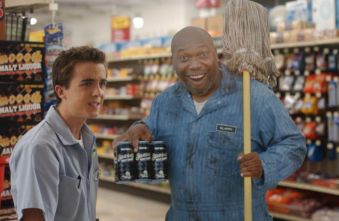 Während Hal Zuhause mit dem Müllmann streitet, legen sich Malcolm (Frankie Muniz, l.) und Lois im Supermarkt wegen einer Pappfigur an ... - Bildquelle: TM &   2005 - 2006 Twentieth Century Fox Film Corporation and Regency Entertainment (USA), Inc.