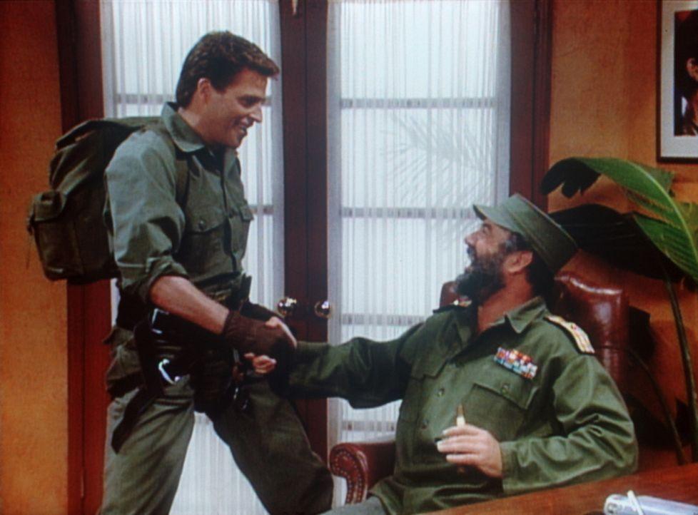 Jefferson (Ted McGinley, l.) bemüht sich bei seinem alten Freund Fidel Castro (Michael Sorich, r.) um eine Benzinpumpe für Als alten Dodge. - Bildquelle: Sony Pictures Television International. All Rights Reserved.